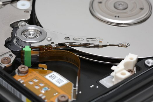 800px-Hard_disk_platters_and_head_0